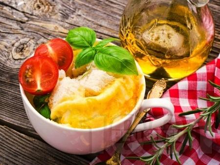 Лесен и бърз омлет в чаша със сирене чедър в микровълнова печка - снимка на рецептата